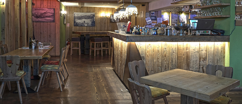 italy_milky-way-ski-area_sauze-doulx_hotel_assietta_bar.jpg